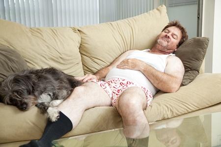 Uomo e cane relax sul divano