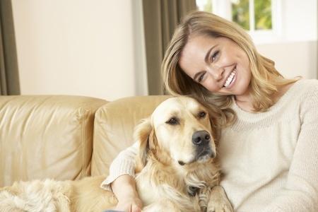 donna e cane sul divano