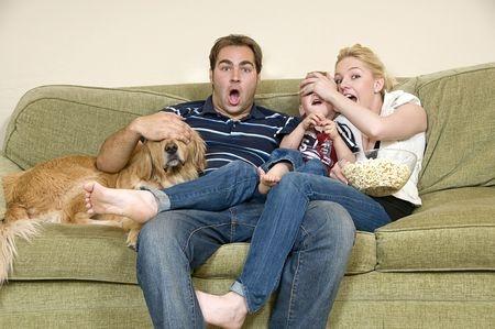 Guardare la tv con il cane