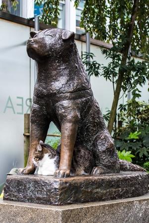 Statua in bronzo del cane Hachiko a Tokyo, simbolo di fedeltà